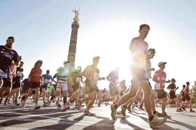 La dios Niké observa a los corredores a su salida de la maratón de Berlín