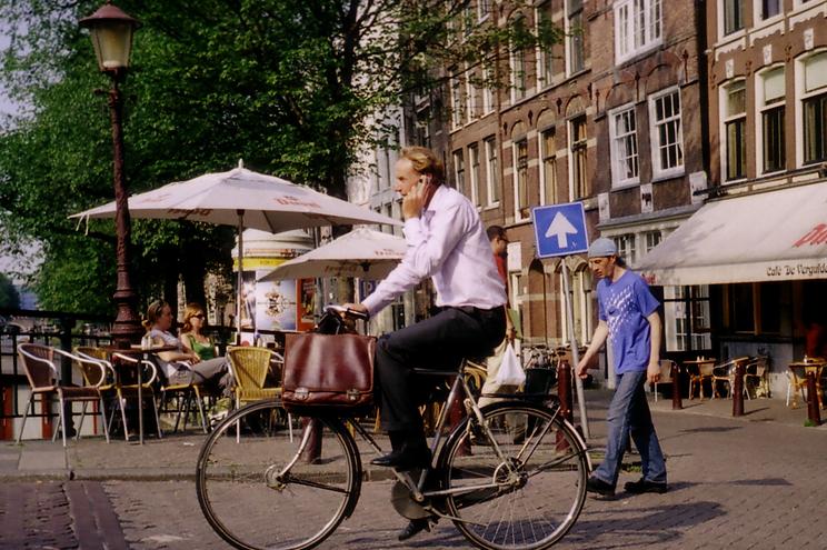 No atiendas llamadas mientras circules en bicicleta por la ciudad