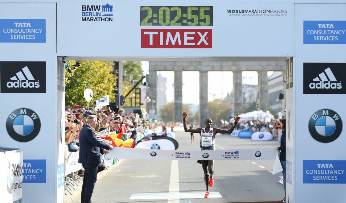 Dennis Kimetto crossing the finish line