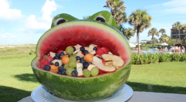 ¿Con esta pinta que niño se resiste a tomar fruta en la playa?